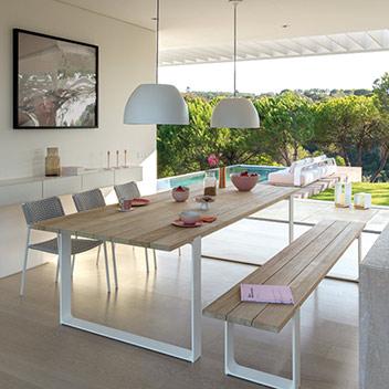 Manutti - hochwertiger Gartentisch mit Gartenbank und Stühlen